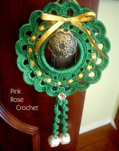 This Pin was discovered by Lud Crochet Christmas Wreath, Crochet Christmas Decorations, Crochet Ornaments, Christmas Crochet Patterns, Holiday Crochet, Crochet Snowflakes, Crochet Home, Xmas Ornaments, Crochet Crafts