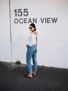 Elisa from www.schwarzersamt.com is wearing a casual look with CLOSED mom jeans, WEEKDAY blouse styled offshoulder, TOPSHOP mules, ASOS choker, H&M sunglasses, VINTAGE bag. Location: Cape Town, South Africa