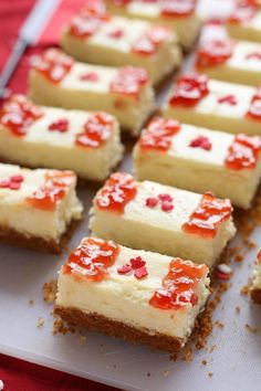Mini Canada Day Cheesecake Bites via Canada Day Party, Canada Day Crafts, Yummy Treats, Sweet Treats, Yummy Food, Canada Holiday, Canadian Food, Canadian Recipes, Cheesecake Bites