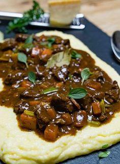 stuttgartcooking: Rinder-Ragout mit Gemüse auf Polenta mit Parmesan