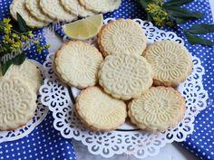 Citromos sütipecsétes keksz Hozzávalók kb. 45-50 db 5cm-es kekszhez: 35 dkg liszt,18 dkg porcukor,13 dkg vaj,2 db tojás,2 citrom reszelt héja Cookies, Drinks, Food, Crack Crackers, Beverages, Biscuits, Hoods, Meals, Cookie Recipes
