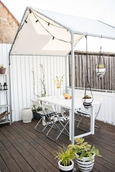 Ein Haus auf dem Balkon DIY roofing in house shape for the balcony from old party tent and truck tarpaulin Diy Pergola, Retractable Pergola, Pergola Plans, Cheap Pergola, Diy Roofing, Planter Beds, Balcony Furniture, Getaway Cabins, Balcony Garden