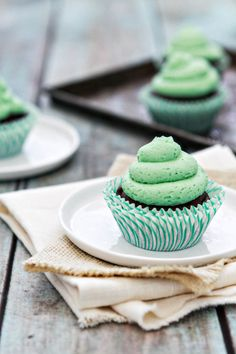 Chocolate Mint Cupcakes - a delicious treat with a surprise ingredient. It's easy to make perfect cupcakes at home! Best Dessert Recipes, Cupcake Recipes, Fun Desserts, Sweet Recipes, Delicious Desserts, Menta Chocolate, Chocolate Cupcakes, Chocolate Chips, Mini Cakes