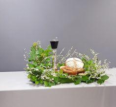 Altar Flowers, Church Flower Arrangements, Floral Arrangements, Church Altar Decorations, Table Decorations, Ikebana, Communion, Holi, Easter