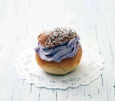 Små vaniljsemlor med blåbärsgrädde   Recept.se Cream Bun, Lollipop Candy, Candy Cookies, Fika, Eclairs, Semlor, Afternoon Tea, Bagel, Scones