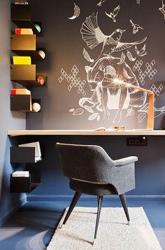 Coin bureau sobre et design - illustration blanche poétique directement sur le mur anthracite. #workplace #grey wall