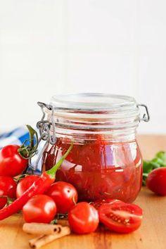 Säilöttyä tomaattikastiketta kannattaa pitää aina jääkaapissa. Siitä syntyy nopeasti tomaattinen pasta, pizza tai tomaattimehulla jatkettuna muheva keitto.