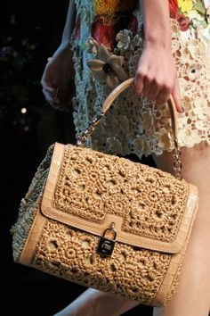 Dolce and Gabbana Fashion Couture Crochet Handbags, Crochet Purses, Crochet Bags, My Bags, Purses And Bags, Fashion Belts, Style Fashion, Macrame Bag, Embroidery Fashion