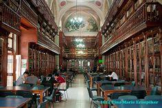 Interior de la Biblioteca de la Universidad Michoacana, Morelia, Mexico