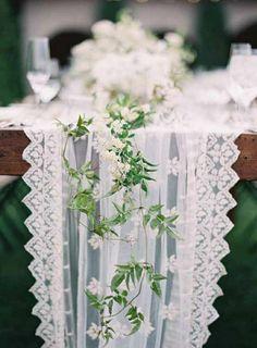 centre de table en dentelle blanc, décoration de la table, chemin de table blanc en dentelle, fleurs sur la table