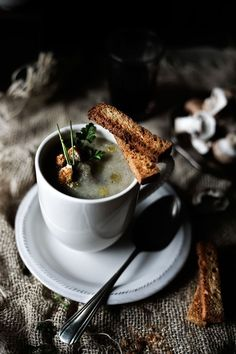 Pratos e Travessas: Sopa de couve flor, cogumelos marrom e tomilho # Cauliflower, cremini mushrooms and thyme soup | Food, photography and stories