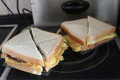 Hoy os presento una sencilla y rápida cena fría.   Con cuatro simples rebanadas de pan de molde, dos huevos y una loncha de salmón ah...