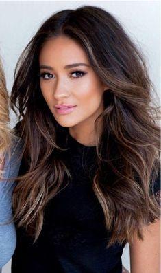 Hairstyles Featuring Dark Brown Hair With Highlights #hairstyles #darkbrownhair