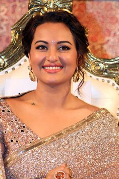Sonakshi Sinha in a stunning Manish Malhotra saree at the music launch of Lingaa.
