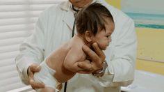 Ärmchen vor der Brust falten, am Hintern packen und hin und her wiegen: So beruhigen Sie Ihren schreienden Säugling. Klappt ziemlich oft.