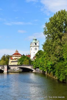 Munich, Bavière: Le Müllersches Volksbad, bain public art déco au bord de l´Isar. Bavaria. Müllersches Volksbad an der Isar in München, Bayern - https://www.yourcitydreams.com/munich/isar/ - #voyageromantique #Allemagne