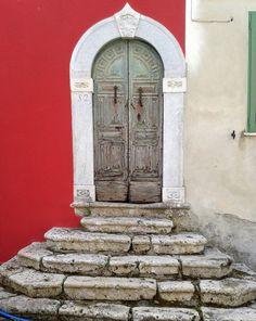 Antico portale a Valdicastello Carducci, frazione di Pietrasanta.