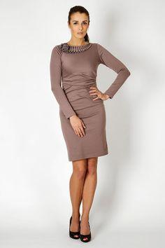 Beżowa klasyczna sukienka z ozdobnym dodatkiem