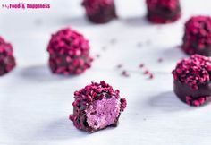 Easy and very impressive Valentine's day recipe - No Bake Raspberry Chocolate Truffles. Vegan and extremely decadent, made with natural ingredients only. Sweet raspberry filling inside a crunchy chocolate layer. Vegan Sweets, Vegan Desserts, Delicious Desserts, Dessert Recipes, Dessert Bars, Chocolate Filling, Chocolate Treats, Chocolate Truffles, Raspberry Chocolate Truffle Recipe