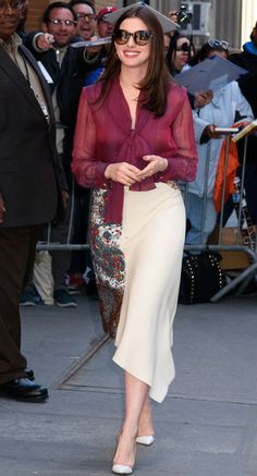"""annehathaway: """"Anne Hathaway arrives to The View (April """" Look Fashion, Fashion Outfits, Womens Fashion, Anne Hathaway Style, Anne Hattaway, Cool Winter, Executive Woman, Look Street Style, Beautiful Actresses"""
