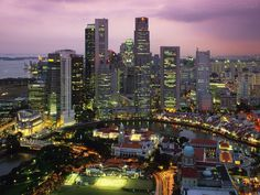 Singapura, oficialmente República de Singapura, é uma cidade-Estado localizada na ponta sul da Península Malaia, no Sudeste Asiático, a 137 quilômetros ao norte do equador.