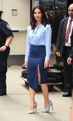 Olivia Munn in a blue skirt and sexy stilettos Office Fashion, Work Fashion, Fashion Advice, Fashion Models, Street Fashion, Fashion Trends, Classy Outfits, Chic Outfits, Fashion Outfits