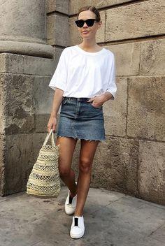 Você não precisa de elementos sofisticados para resultar em um look chic. Se a escolha forem itens clássicos e ao mesmo tempo básicos,como a bolsa de palha, uma t-shirt e tênis brancos, o look fica chic devido ao minimalismo.