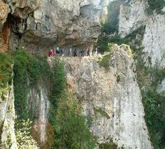 El desfiladero de las Xana es una de las rutas mas impactantes de Asturias, conocida como el pequeño Cares. Las Xanas son ninfas ...