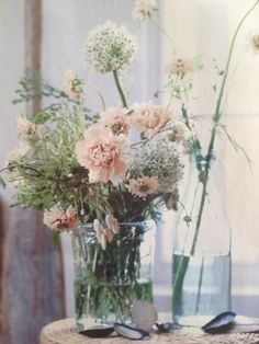 Easy, Beach-Inspired Decorating Ideas Throw Together a Neutral, Wild… Fresh Flowers, Beautiful Flowers, Pastel Flowers, Glass Flowers, Spring Flowers, White Flowers, Decoration Buffet, My Sun And Stars, Deco Floral