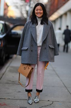 look pink pants grey coat Parisienne Chic, Grey Fashion, Winter Fashion, Fashion Design, Street Fashion, Fashion Pics, Moda Do Momento, Streetwear, Tweed