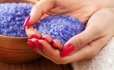 Conheça os diversos usos dos sais coloridos aromatizados e veja como prepará-los em casa. Spa Day At Home, Youre Mine, Luz Natural, Bath Salts, Blogger Themes, Feng Shui, Heart Ring, Diy And Crafts, Manicure