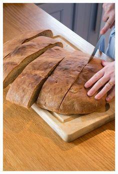 Idag bakar jag långpannebröd, och känner mig ytterst huslig. Bortsett från fusksurdegsbröd som man bara rör ihop, nattjäser och slabbar ut på en plåt, är det här det allra smidigaste brödet. Man behöver inte knåda några bullar eller forma några limpor, utan bara ösa ut den färdigjästa bröddegen i en långpanna, forma den lite och kanske dra lite i den och platta till den så att den passar pannan. Men jobbigare än så är det inte. De senaste gångerna har jag haft i Ölandsvete i brödet, ett… Bread Bun, Bread Rolls, Bread Recipes, Baking Recipes, Swedish Bread, Microwave Caramels, Sandwich Cake, Sandwiches, Our Daily Bread