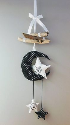 Pretty suspension in driftwood and black and white tones. Baby Crib Mobile, Baby Cribs, Diy Recycled Toys, Dyi Couture, White Kids Room, Fairy Wands, Birth Gift, Black And White Fabric, Lace Decor