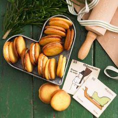 Die Orangen-Doppeldecker sind eine süße Sache - nicht nur, wenn sie in einer herzförmigen Dose aufgetischt werden. Der Mürbeteig macht das Weihnachtsgebäck besonders knusprig, und die Creme aus süßer Orangenmarmelade und heller Schokocreme ist einfach himmlisch! Zum Rezept: Orangen-Doppeldecker