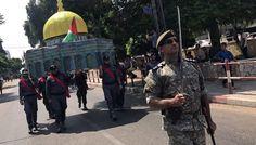 Fuerzas palestinas leales a Hamas cargan un modelo de la cúpula de la roca, en un desfile militar (Reuters)