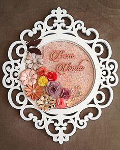 Guirlanda de Flores em mdf pintado na laca branca, lindo elemento para decorar a porta de entrada da sua casa, produto com a cor de fundo e tons das flores personalizável de acordo com o gosto do cliente.
