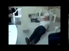 Bimbo fa lo scherzo della sedia al nonno - Guardalo