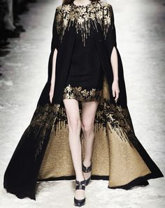 Blumarine at Milan Fashion Week Fall 2014 - Runway Photos Style Haute Couture, Couture Fashion, Runway Fashion, High Fashion, Fashion Show, Womens Fashion, Milan Fashion, Elle Fashion, London Fashion Weeks