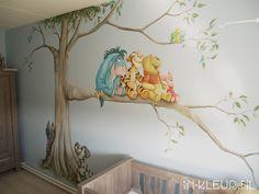Poeh muurschildering babykamer boom  hondjes