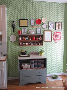 Hip and happening! This classic and cool herringbone pattern stencil comes in 2 sizes for stenciling on both walls and furniture. Stencil our Get Ziggy With It Wall Stencil in a single color, or use t Kitchen Feature Wall, Kitchen Gallery Wall, Kitchen Wall Art, Retro Kitchen Decor, 1940s Kitchen, Funky Kitchen, Royal Design, Design Studio, Country Kitchen