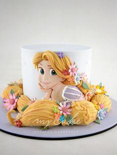 Torta de doble altura. Imagen con relieve modelada y pintada a mano en pasta de azúcar de Rapunzel. Trenza realizada en RKT en su interior y cubierta con pasta de azúcar.