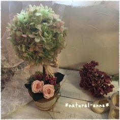 自然な色合いのグラデーション加工した、ピラミッド紫陽花と、マルーンピンクの薔薇でアンティーク調に仕上げたトピアリーです(´◡