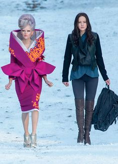 Effie Trinket (Elizabeth Banks) y Katniss Everdeen (Jennifer Lawrence) - Los… Hunger Games Costume, The Hunger Games, Game Costumes, Hunger Games Catching Fire, Hunger Games Trilogy, Katniss Everdeen, Elizabeth Banks, Hanger Game, Tribute Von Panem