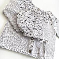 Bella🍂 Trøje og kyse #bella #bellatrøje #bellakyse #leneholmesamsøe #knitting #knittersofinstagram #instaknit #babyknits #strikke #strikkemamma #babystrikk