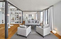 Le salon meublé de manière épuré de ce bel appartement avec vue sur la ville