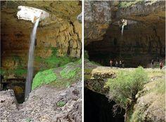 Puedes ver la cascada de 800 pies desde un puente natural que rodea todo el ancho de la fosa
