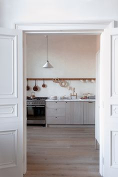 A tranquil Sebastian Cox Kitchen by deVOL in a beautiful home in Edinburgh - The deVOL Journal - deVOL Kitchens Craftsman Kitchen, Rustic Kitchen, New Kitchen, Kitchen Decor, Kitchen Design, Boho Kitchen, Urban Rustic, Ikea, Devol Kitchens