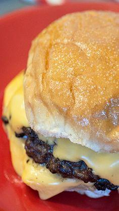 Copycat Steak n' Shake Garlic Cheeseburger. Mmmm i love Steak n Shake Copycat Recipes, Meat Recipes, Cooking Recipes, Chicken Recipes, Hamburger Steak Recipes, Cube Steak Recipes, Free Recipes, Recipies, Tacos