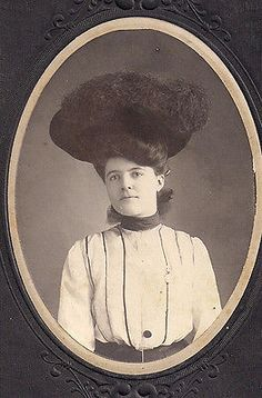 Antique-Cabinet-Card-Photo-Beautiful-Victorian-Woman-Large-Feather-Hat-Fashion