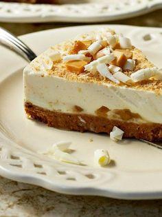 Το κλασικό κι αγαπημένο cheesecake συναντά την καραμέλα, δίνοντας μια τούρτα απίστευτα λαχταριστή! Greek Desserts, Party Desserts, Summer Desserts, Dessert Recipes, Biscotti Cookies, Cheesecakes, No Bake Cake, Food Inspiration, Sweet Recipes